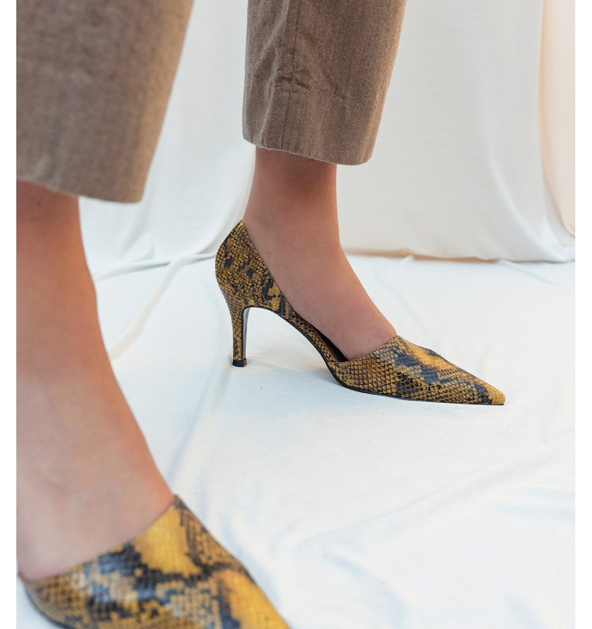 Afrodita Pump Picara Yellow by De Las Cuevas Barcelona